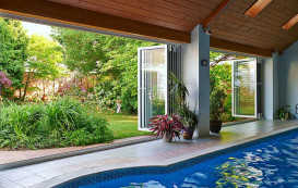 10-pool-and-open-horizon-aluminium-bifold-door