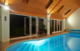 11-pool-night-horizon-aluminium-bifold-door