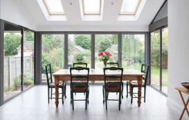 14-kitchen-table-horizon-aluminium-bifold-door