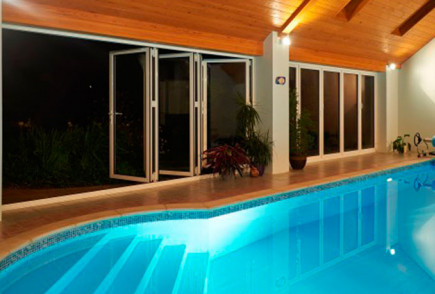 1-horizon-aluminium-bifold-door-swimming-pool-night